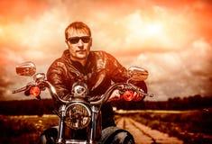 Motociclista em uma motocicleta imagens de stock royalty free