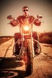 Motociclista em uma motocicleta imagem de stock