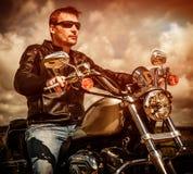 Motociclista em uma motocicleta foto de stock