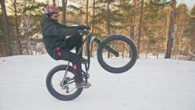 Motociclista estremo professionale dello sportivo che guida bici grassa in all'aperto Il giro del ciclista nell'uomo della forest archivi video