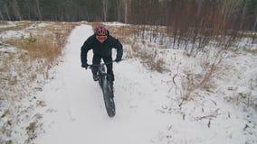 Motociclista estremo professionale dello sportivo che guida bici grassa in all'aperto Il giro del ciclista nell'uomo della forest video d archivio
