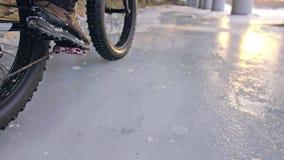 Motociclista extremo profissional do desportista que monta a bicicleta gorda em exterior Opinião do close-up da roda traseira Pas filme