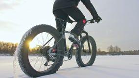 Motociclista extremo profissional do desportista que monta a bicicleta gorda em exterior Opinião do close-up da roda traseira Pas video estoque