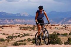 Motociclista femminile della montagna Fotografia Stock