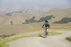 Motociclista femminile della montagna Fotografia Stock Libera da Diritti