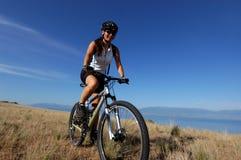 Motociclista fêmea da montanha Fotos de Stock Royalty Free