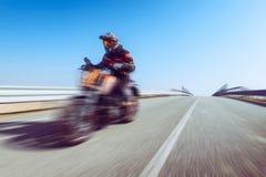 Motociclista na ação que monta na estação do lazer do ar livre da mola e do verão da estrada e conceptt- da liberdade tonificado  fotografia de stock