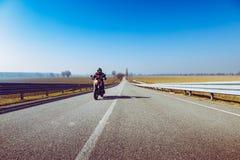 Motociclista na ação que monta na estação do lazer do ar livre da mola e do verão da estrada e conceptt- da liberdade tonificado  imagens de stock