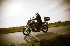 Motociclista na estrada foto de stock royalty free