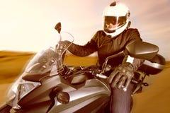 Motociclista na estrada fotos de stock royalty free