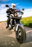 Motociclista na estrada imagens de stock royalty free