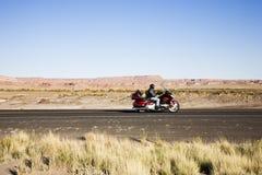 Motociclista na estrada fotos de stock
