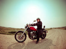 Motociclista na estrada de encontro ao céu Foto de Stock