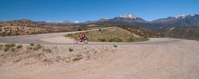 Motociclista na floresta nacional do Sal do Manti-La Fotografia de Stock Royalty Free