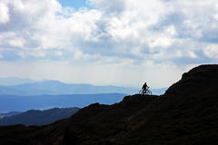 Motociclista na montanha Imagens de Stock