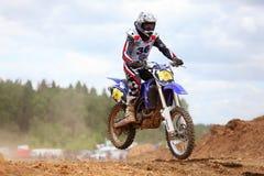Motociclista na primeira fase de raça Fotografia de Stock Royalty Free