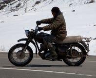 Motociclista na retro-bicicleta Imagens de Stock
