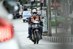 Motociclista na rua da cidade fotografia de stock