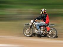 Motociclista nel movimento Fotografie Stock