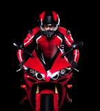 Motociclista nel rosso che guida la sua bici Fotografie Stock Libere da Diritti