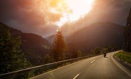 Motociclista nell'azione alla luce di tramonto Fotografie Stock