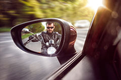 Motociclista nella retrovisione Fotografie Stock