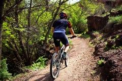 Motociclista no caminho Imagens de Stock Royalty Free