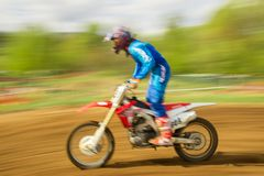 Motociclista no motocross no movimento Fotografia de Stock Royalty Free