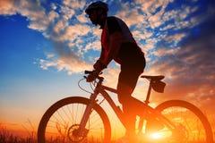 Motociclista no outono em uma tarde ensolarada Imagem de Stock
