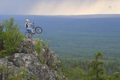 Motociclista no pico Fotografia de Stock Royalty Free