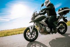 Motociclista no velomotor da estrada do capacete fotos de stock
