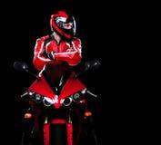 Motociclista no vermelho em sua bicicleta Imagem de Stock Royalty Free