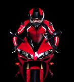 Motociclista no vermelho que monta sua bicicleta Fotos de Stock Royalty Free