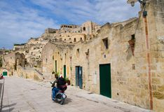 Motociclista nos capacetes que montam uma motocicleta em ruas, Matera, fotografia de stock