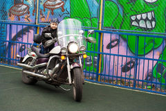Motociclista novo em uma motocicleta Fotos de Stock Royalty Free