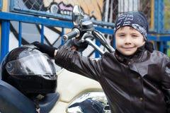 Motociclista novo em uma motocicleta Foto de Stock Royalty Free