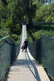 Motociclista que anda em um passadiço sobre o rio de San, Polônia fotografia de stock royalty free