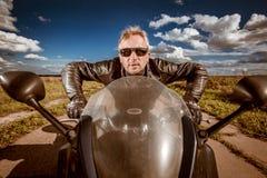Motociclista que compete na estrada imagem de stock