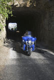 Motociclista que conduzem através dos túneis Fotografia de Stock