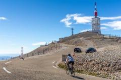 Motociclista que dá um ciclo ao monte de Mont Serein Ventoux imagens de stock