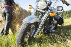 Motociclista que descansa fora da cidade Fotografia de Stock Royalty Free