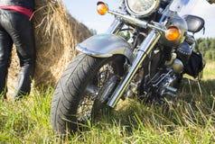 Motociclista que descansa fora da cidade Imagem de Stock Royalty Free