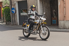 Motociclista que monta um vintage Ducati RT 450 Foto de Stock