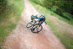 Motociclista que verific a corrente da bicicleta Imagens de Stock
