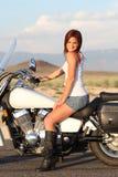 Motociclista sexy di Redhead fotografie stock