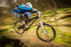 Motociclista sopra il salto Fotografie Stock
