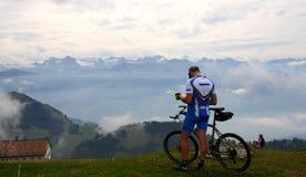 Motociclista suíço da montanha Fotografia de Stock