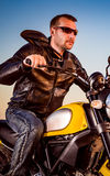 Motociclista su un motociclo Fotografia Stock