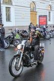 Motociclista su un motociclo con un'alta ruota Immagine Stock