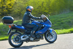 Motociclista su una corsa del motociclo Fotografie Stock Libere da Diritti